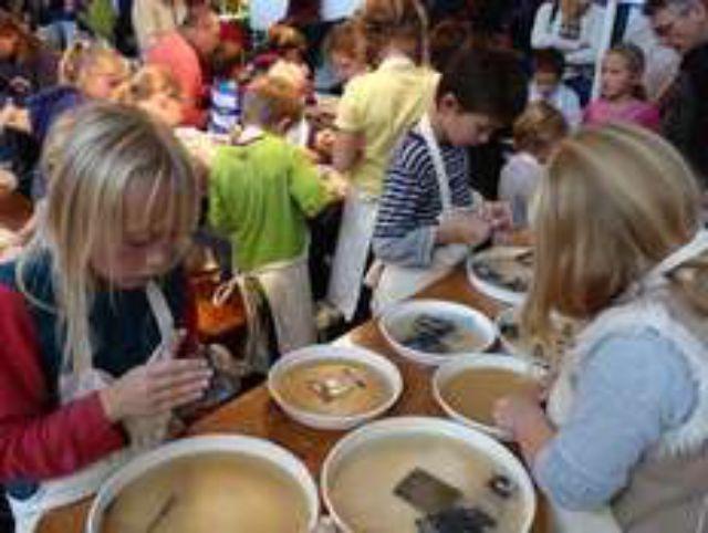Kinder beim Specksteinschnitzen, Foto: The Munich Show