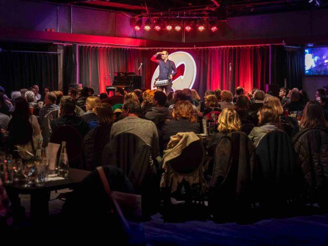 Comedian auf der Bühne des Quatsch Comedy Club, Foto: Quatsch Comedy Club