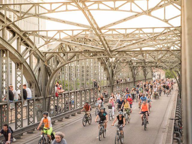 Radfahrer auf der Hackerbrücke, Foto: Initiative Radlhauptstadt / Jonas Nefzger