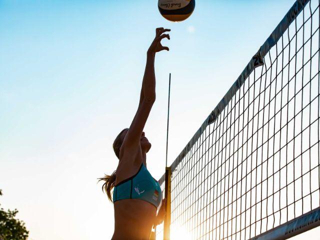 Beachvolleyballspielerin vor der Sonne, Foto: Andre Goerschel