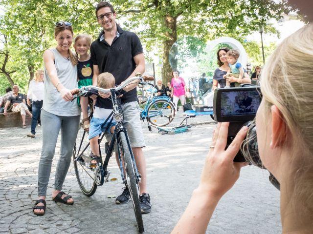 """Familie beim Straßen-Casting """"We love Radl"""", Foto: Radlhauptstadt München / Fabian Norden"""