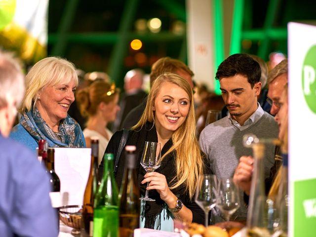 Besucher der WeinTour beim Verkosten, Foto: Deutsches Weininstitut (DWI)