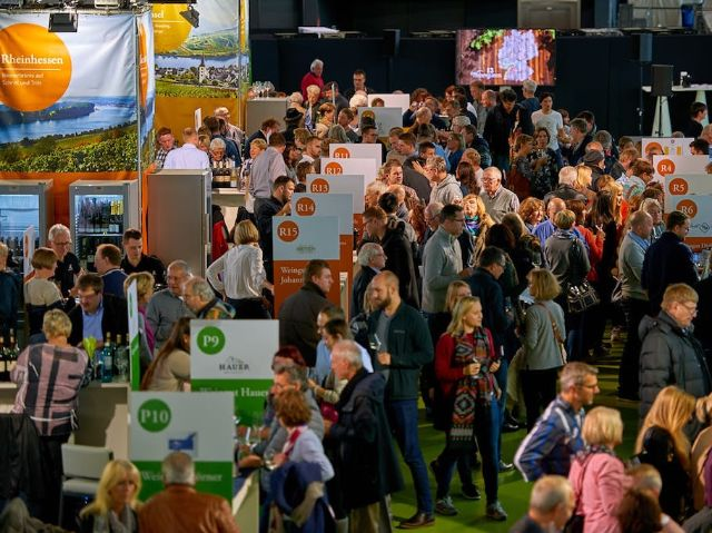 Austeller und Besucher auf der WeinTour, Foto: Deutsches Weininstitut (DWI)