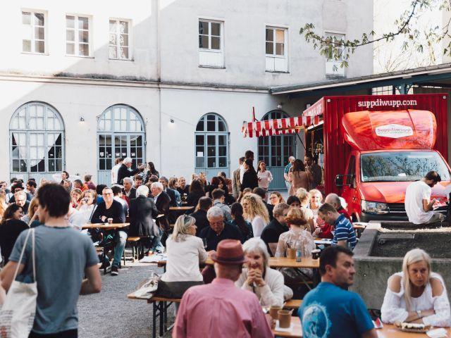 Hof mit Food Truck, Foto: WEINverliebt
