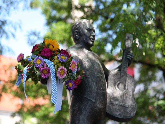 Brunnenfest Viktualienmarkt 2013 Figur mit Blumen im Arm, Foto: Flo Osrainik