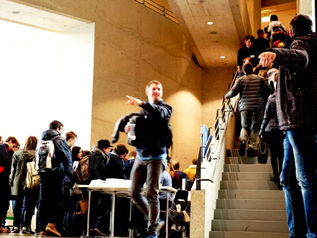 Besucher im Foyer der HFF, Foto: Filippo Steven Ferrara