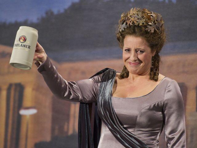 Luise Kinseher als Bavaria auf dem Nockherberg., Foto: BR/Ralf Wilschewski