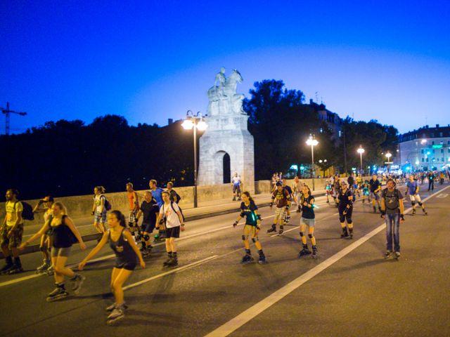 Die Blade Night München passiert eine Brücke, Foto: Green City e.V. / Andreas Schebesta