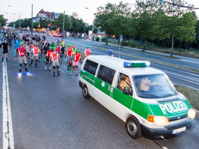 Polizeiwagen vor Inline Skatern bei der Blade Night, Foto: Andreas Schebesta