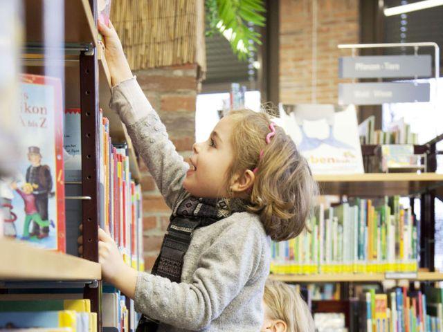 Kinder im Gasteig am Bücherregal, Foto: Münchner Stadtbibliothek/Eva Jünger
