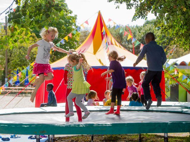 """Kinder springen auf Trampolin bei """"Umsonst & Draußen"""", Foto: Andreas Heddergott"""