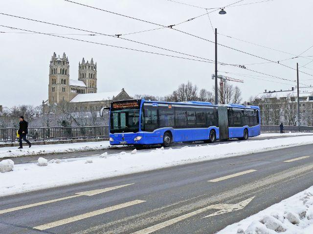 Bus im Schnee auf der Reichenbachbrücke, Foto: muenchen.de / Leonie Liebich