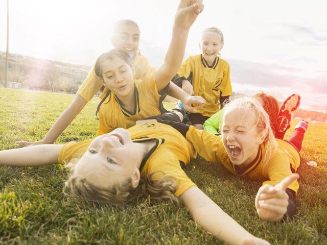 Mädchen jubeln beim Fußballspiel, Foto: Stadtsparkasse München