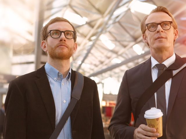 Geschäftsmänner an einem Bahnhof, Foto: Stadtsparkasse München