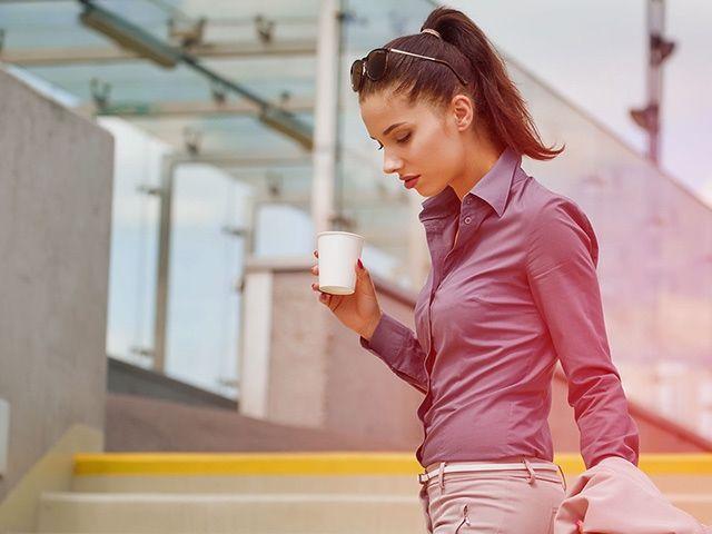 Frau mit Coffee-to-go-Becher in der Hand, Foto: Stadtsparkasse München