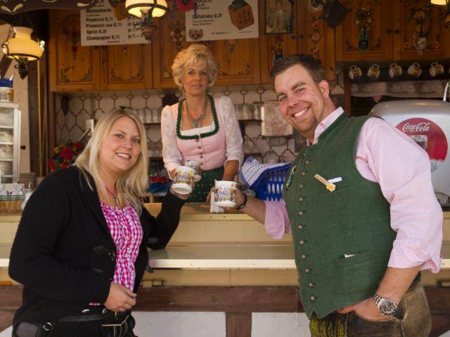 Kleines Wiesnzelt auf dem Oktoberfest - Kaffeehaferl Schiebl, Foto: Katy Spichal