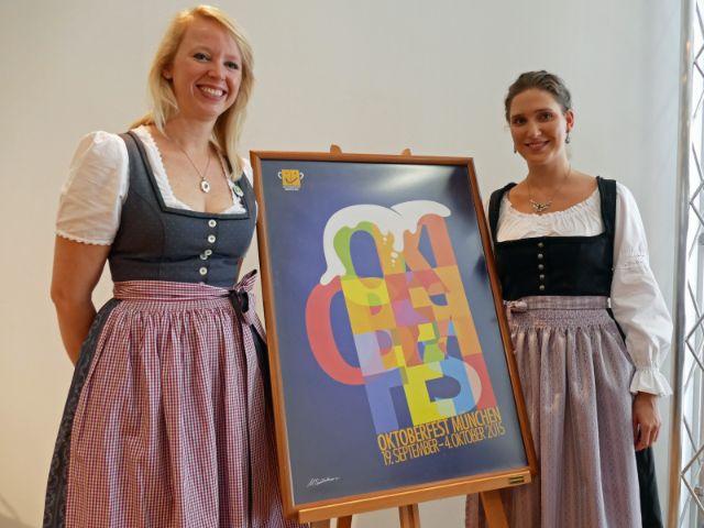 Die Damen vom Oktoberfest-Infopoint, Foto: Melina Pfeffer / muenchen.de