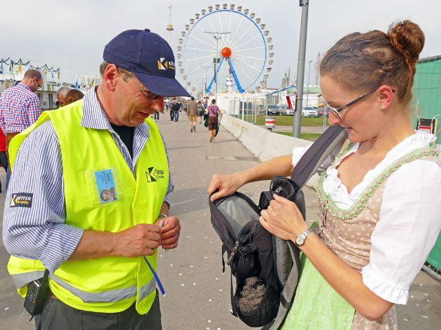 Taschenkontrolle auf der Wiesn, Foto: muenchen.de/Leonie Liebich