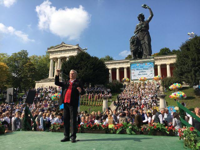 Oberbürgermeister Dieter Reiter dirigiert beim Standkonzert auf dem Oktoberfest am 24.9.2017, Foto: muenchen.de / Mónica Garduño