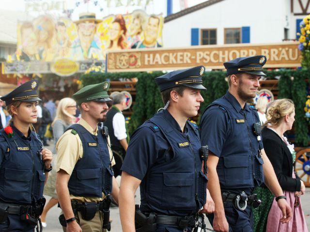Polizisten auf dem Oktoberfest , Foto: muenchen.de/Dan Vauelle