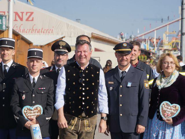 Wiesn-Chef Josef Schmid begrüßt französische und italienische Polizisten, Foto: muenchen.de/ Daniel Vauel
