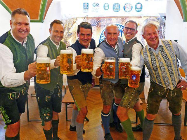 Oktoberfestbierprobe 2018: Die Braumeister der sechs großen Münchner Brauereien, v.l.n.r. Braumeister Harald Stückle (Spaten), Andreas Brunner (Augustiner), Bernd Kräußl (Löwenbräu), Rainer Kansy (Hacker-Pschorr), Christian Dahnke (Paulaner), Rolf Dummert (Hofbräu), Foto: muenchen.de/Leonie Liebich