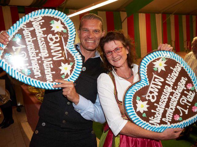 Gewinner des Schießwettbewerbs: Götz Otto (1. Platz Herrenwertung) und Heike Priggemeyer (1. Platz Damenwertung), Foto: BMW / Jens Hartmann Wiesn 2018