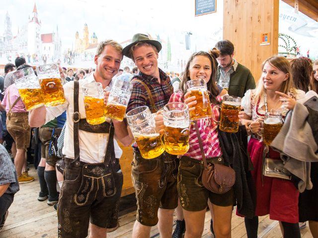 Bierzelt-Besucher stoßen gut gelaunt an, Foto: muenchen.de / Mónica Garduño 2018
