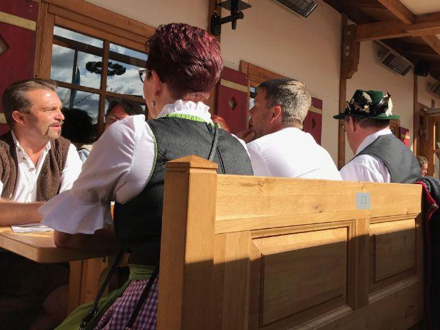 Besucher in einem Wiesn-Biergarten, Foto: Judith Schacht
