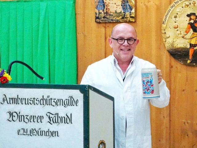 Kabarettist Jürgen Kirner mit dem Wiesnkrug, Foto: muenchen.de/Romana Bauer