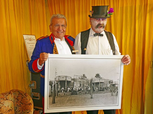 """150 Jahre Schichtl: Manfred Schauer und Künstler Ringo Praetorius, """"Der Henker"""", Foto: muenchen.de/ Leonie Liebich"""