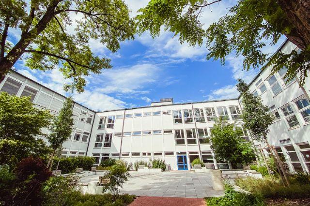 Der Innenhof der Städtischen Franz-Auweck-Abendschule