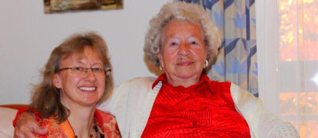 Stadträtin Bettina Messinger gratuliert Paula Köppl (r.) zum 106. Geburtstag, Foto: SPD München