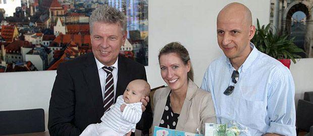 Oberbürgermeister Reiter mit der kleinen Amelia Meyer und ihren Eltern, Foto: Michael Nagy/Presseamt München