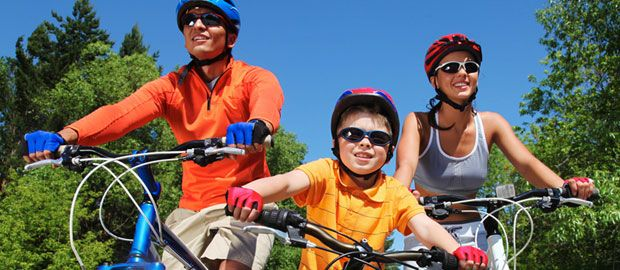 Familie fährt Fahrrad, Foto: Shutterstock