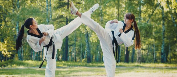 Frauen üben Kampfsport im Park, Foto: Fotokvadrat / Shutterstock.com