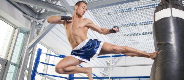 Kickboxer tritt Sandsack, Foto: BlueSkyImage / Shutterstock.com
