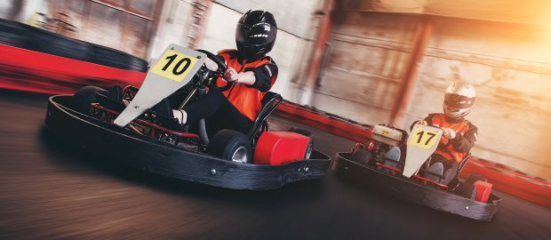 Kartfahrer auf Rennstrecke, Foto: Kurmyshov / Shutterstock.com