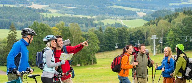 Eine Fahrradgruppe trifft in der Natur auf Wanderer., Foto: CandyBox Images / Shutterstock