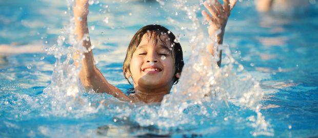 Planschender Junge Im Wasser Im Schwimmbad Hat Spaß., Foto: Zurijeta /  Shutterstock