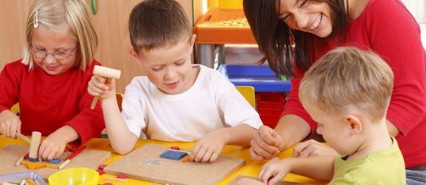 Kindertagesstätte mit Kindern und Betreuerin, Foto: Shutterstock