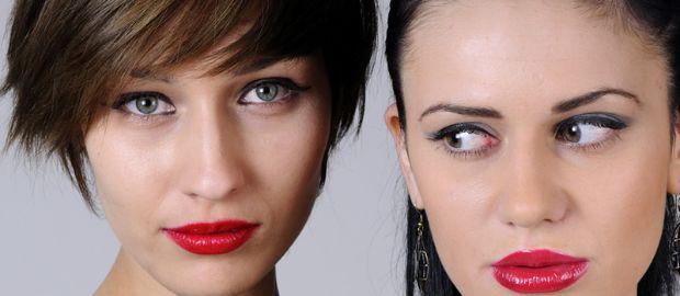 Zwei junge Lesben mit rotem Lippenstift