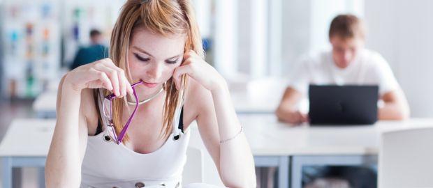 Studentin in Bibliothek, Foto: lightpoet/Shutterstock.com