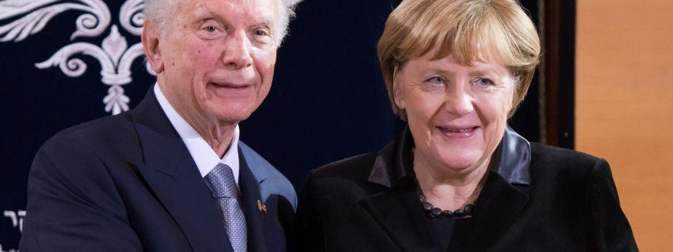 Rabbi Arthur Schneier (l) bei der Verleihung der Ohel-Jakob-Medaille mit Kanzlerin Angela Merkel., Foto: picture alliance / abaca
