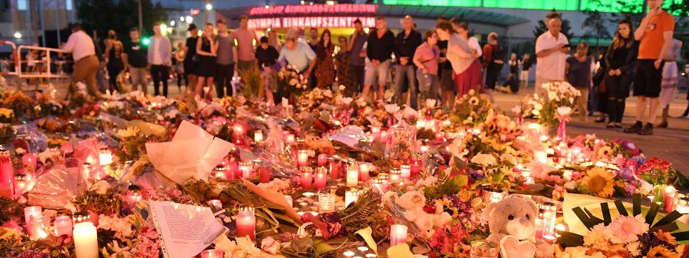Lichtermeer vor dem OEZ: Gedenken an die Opfer des Amoklaufs, Foto: picture alliance / Sven Simon