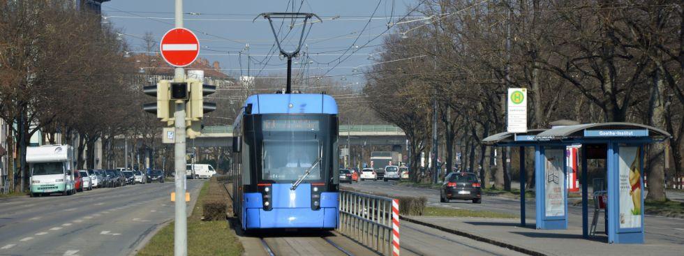 Trambahn der Linie 21 an der Haltestelle Goethe-Institut, Foto: muenchen.de