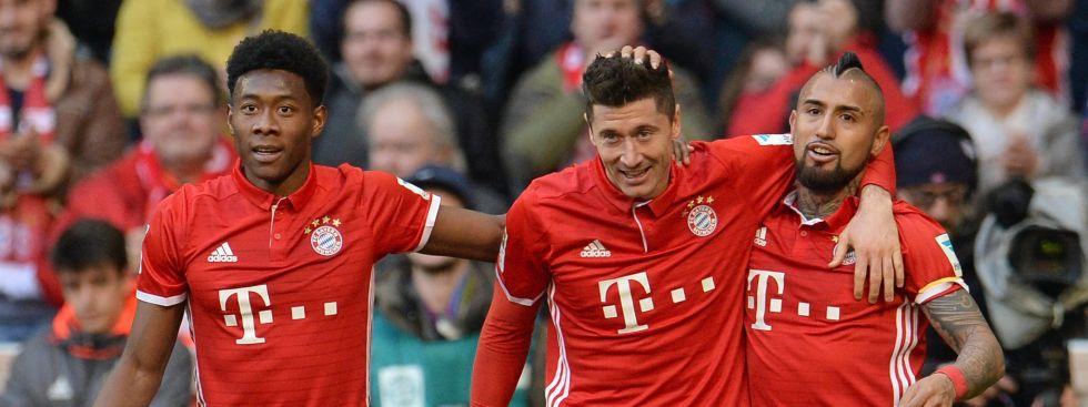 Bayern München - Hamburger SV, 22. Spieltag am 25.02.2017 in der Allianz Arena in München  David Alaba (l-r), Torschütze Robert Lewandowski und Arturo Vidal freuen sich über das 3:0, Foto: dpa