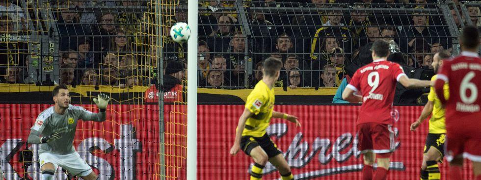 Dortmunds Torhüter Roman Bürki (l) kann das 2:0 von Robert Lewandowski nicht verhindern. , Foto: dpa