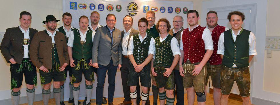 Vertreter der Münchner Brauereien und Vertreter der Burschenvereine nach erfolgreicher Auslöseverhandlung über den Maibaum am Viktualienmarkt, Foto: Verein Münchener Brauereien e.V.