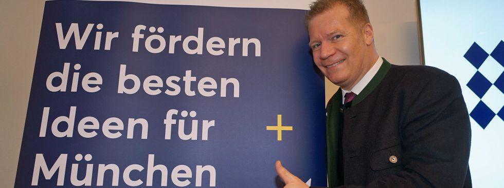 Paulaner-Chef Andreas Steinfatt vor dem Plakat für den Paulaner-Salvator-Preis, Foto: muenchen.de / Dan Vauelle